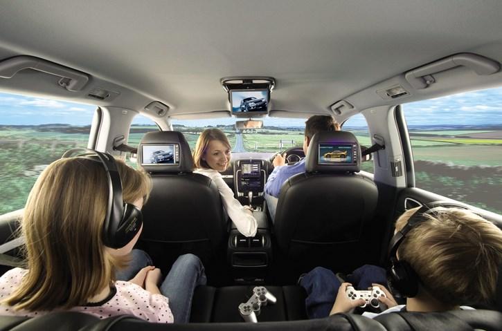 familia viajando en coche con dvd