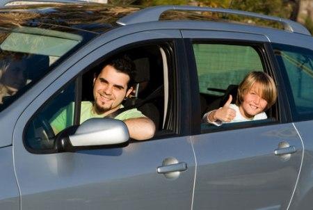 familia viajando en coche
